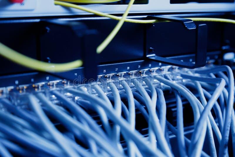 Painel, interruptor e cabo da rede no centro de dados imagem de stock
