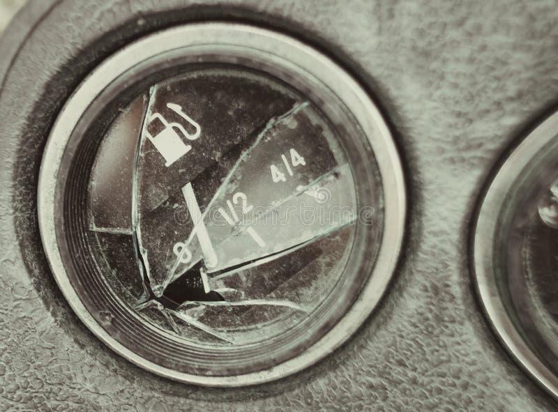 Painel quebrado do carro, o ponteiro do calibre de combustível em zero foto de stock