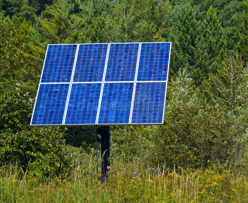 Painel solar azul nas madeiras imagens de stock royalty free