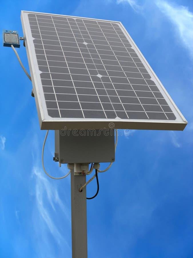 Painel solar com a cremalheira e os cabos de equipamento sobre o céu azul foto de stock