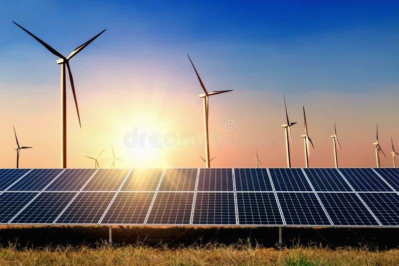 painel solar com fundo do céu azul da turbina e do por do sol Conceito imagens de stock royalty free