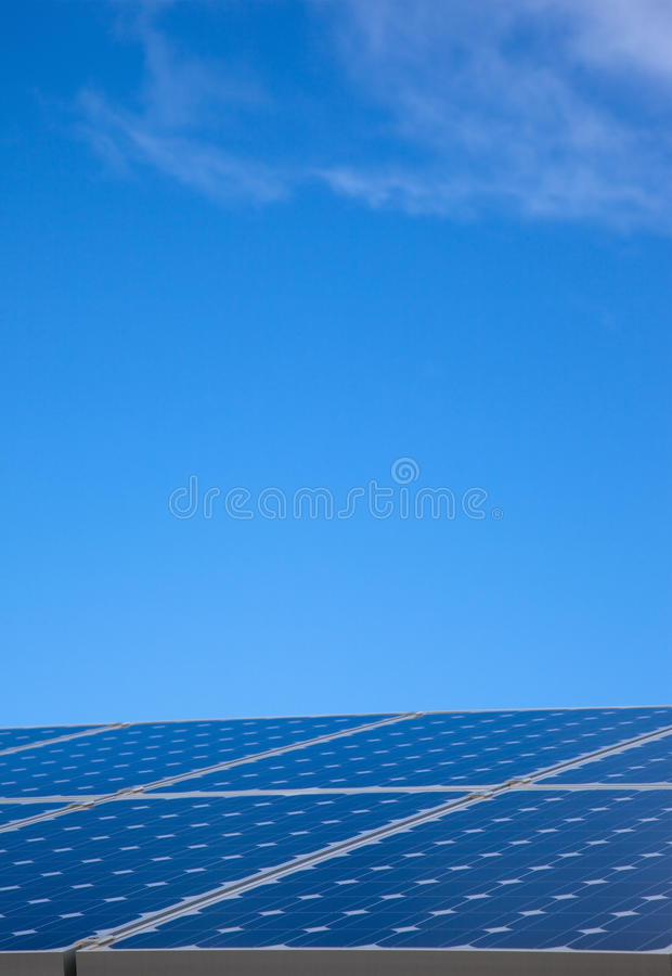 Painel solar e céu azul fotografia de stock