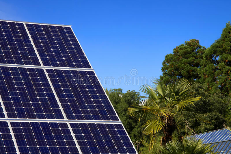 Painel solar e céu azul foto de stock royalty free