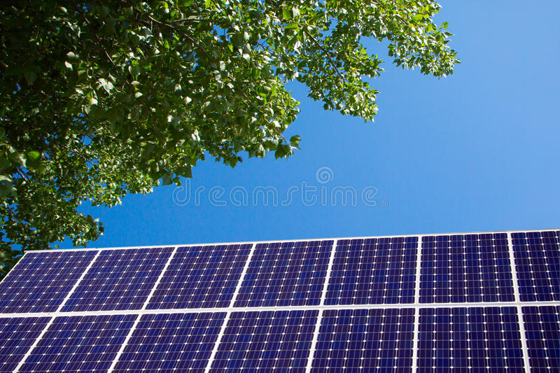 Painel solar e céu azul imagens de stock