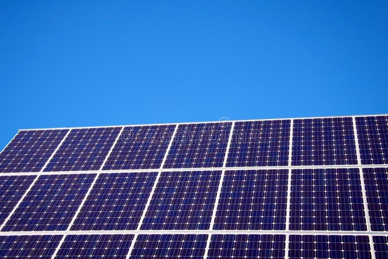 Painel solar e céu azul fotos de stock