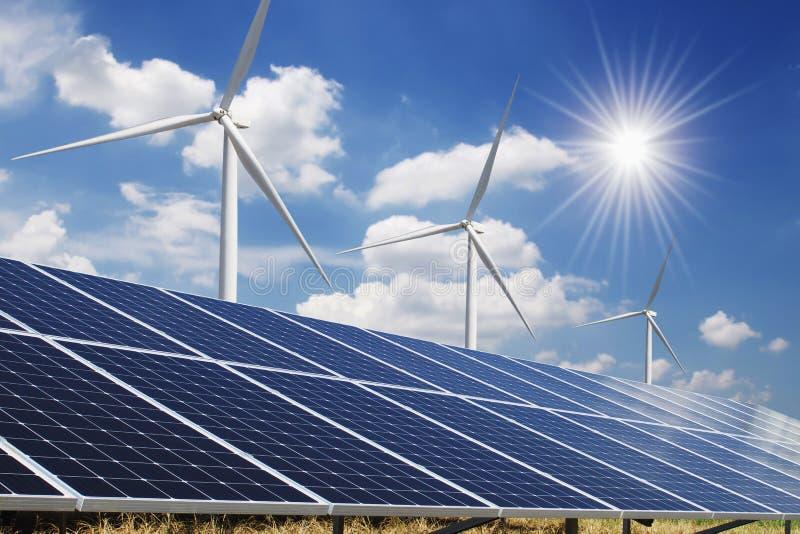 painel solar e céu azul da turbina eólica com fundo do sol poder limpo do conceito imagem de stock royalty free