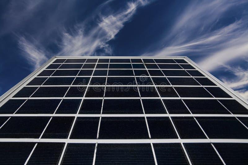 Painel solar em um fundo de um céu azul bonito Energia verde imagem de stock royalty free
