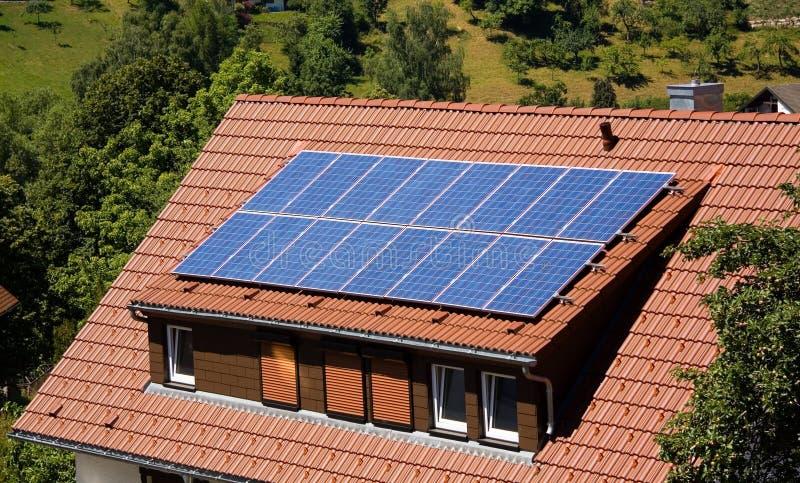 Painel solar em um telhado imagem de stock