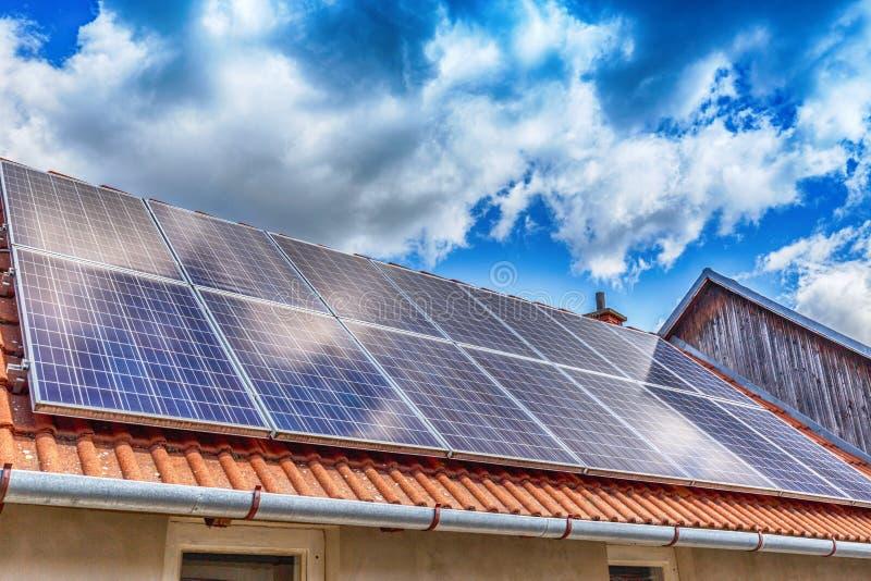 Painel solar em um telhado vermelho imagem de stock royalty free