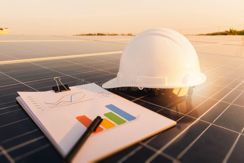 Painel solar, fonte alternativa da eletricidade, conceito de recursos sustentáveis, consumo de potência da seção da carta, tr imagens de stock