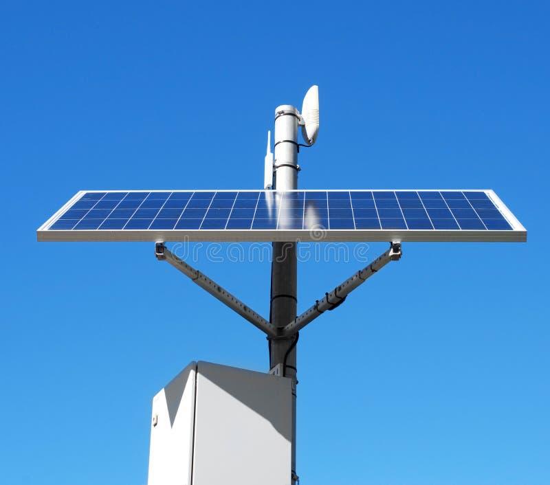Painel solar na parte superior de um polo foto de stock