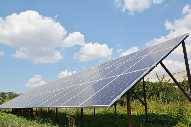 Painel solar no fundo do céu azul das nuvens, conceito da energia alternativa, energia limpa, energia verde fotos de stock