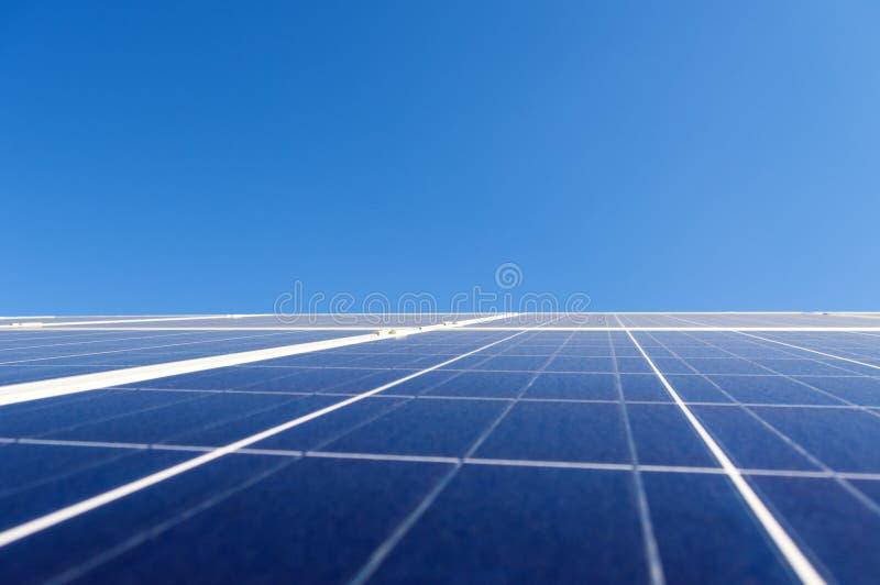 Painel solar sobre o céu azul claro fotografia de stock royalty free