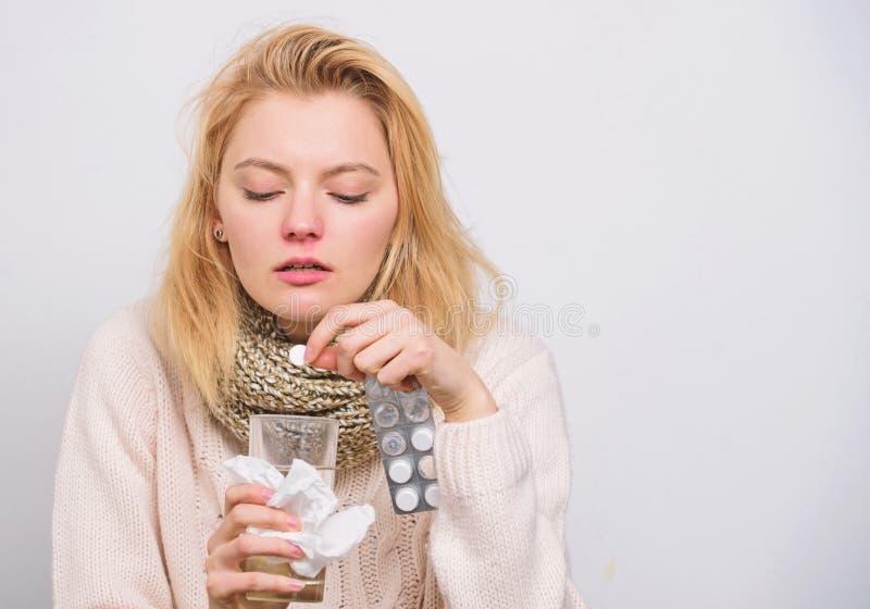 painkiller Medicamenta??o e entrada fluida aumentada Mulher doente que trata os sintomas causados pelo frio ou pela gripe Menina  imagem de stock