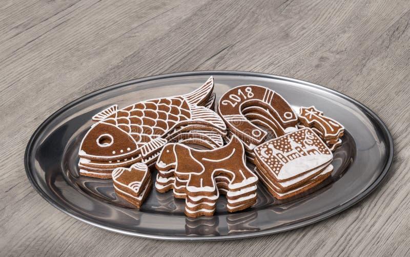 Pains d'épice de Noël de diverses formes sur une table en bois photos libres de droits