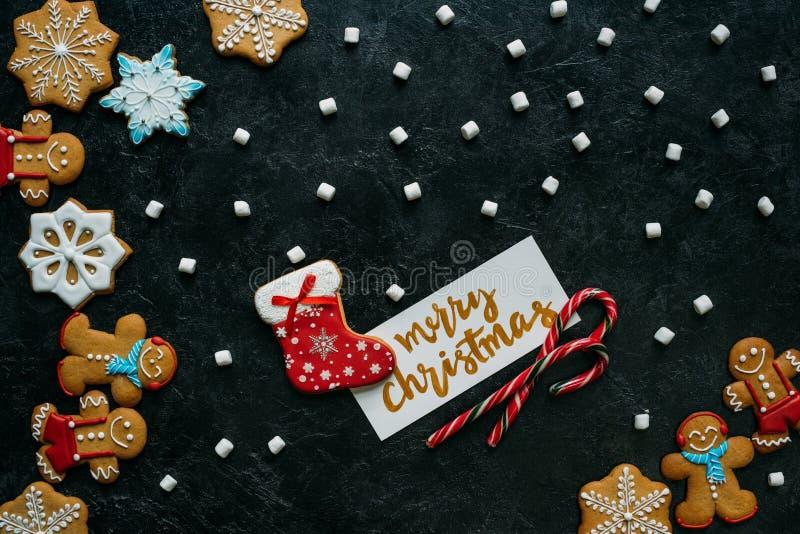 Pains d'épice de Noël, guimauves et carte de voeux photos stock