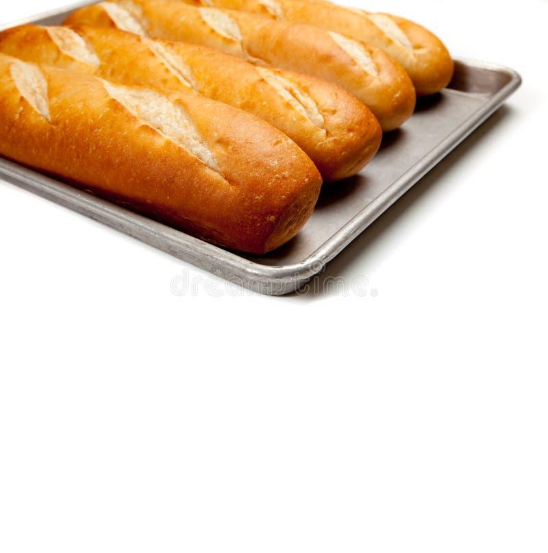 Pains de pain français sur une feuille de traitement au four images libres de droits