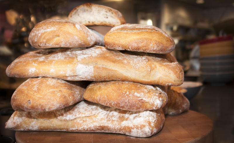 Pains frais cuits au four de pain empilé photographie stock