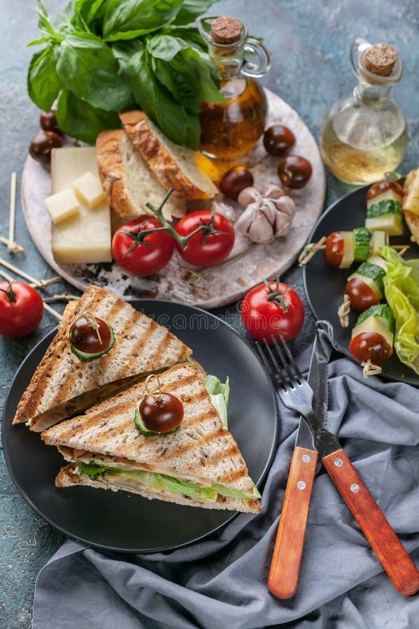 Pains grillés avec les oeufs brouillés, les légumes et le fromage Tomates et ?pices Petit d?jeuner ou casse-cro?te d?licieux Tir  photos libres de droits