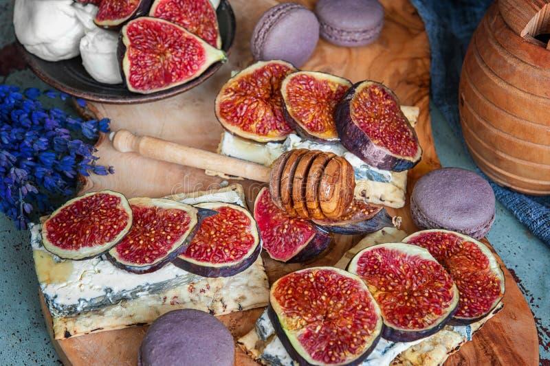 Pains grillés de fromage, des figues et du miel sur le pain croustillant entier Fin vers le haut photo stock