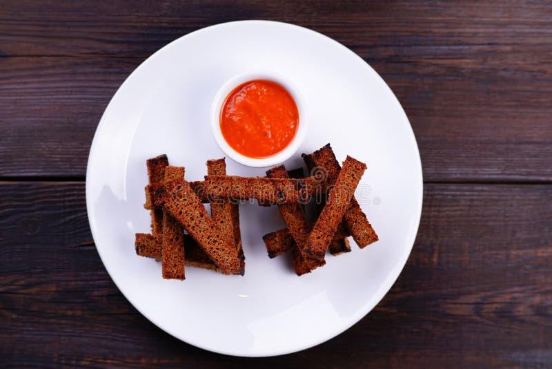 Pains grillés de pain de Rye avec la sauce tomate image libre de droits
