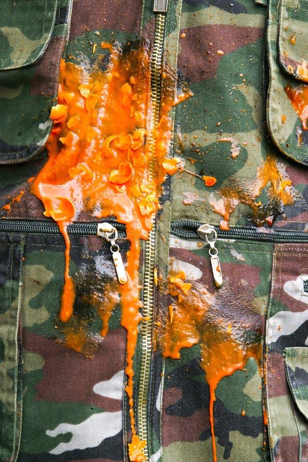 Paintbalexplosion auf camo stockfoto