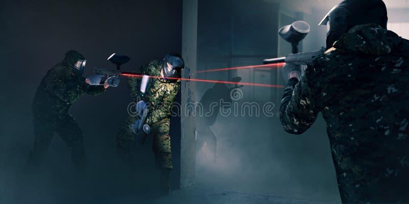 Paintball drużyna w bitwie, pistolety z laserowym widokiem zdjęcia royalty free