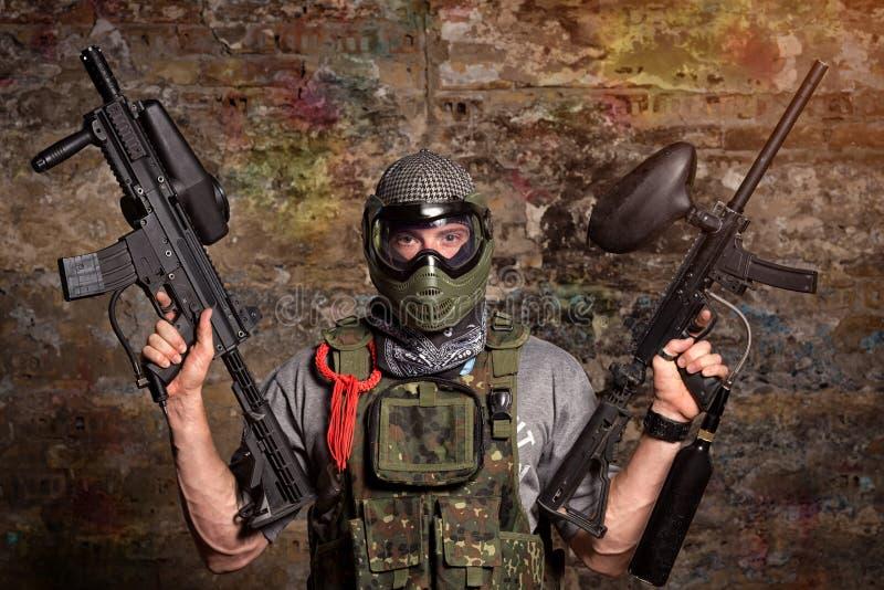 Paintball Gamer mit Gewehren lizenzfreie stockfotos