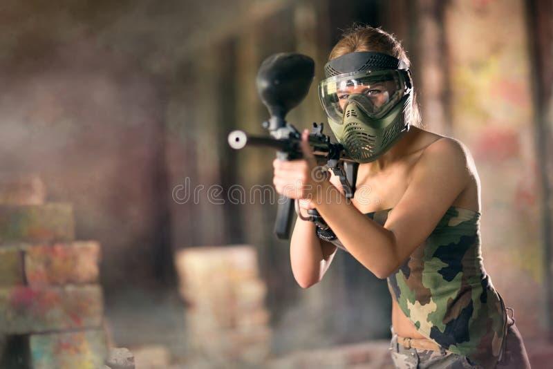 Paintball kvinnlig spelare royaltyfri fotografi