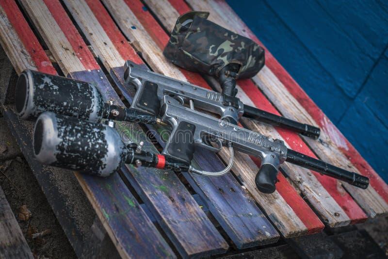 Paintballmateriaal Speciaal kanon en het extreme masker van het sportbeschermingsmiddel stock afbeelding