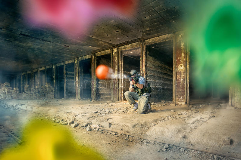 Paintballspielertrieb lizenzfreie stockbilder