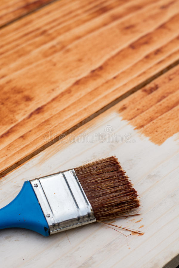 Paintbrush на свежих покрашенных деревянных планках всходит на борт стоковое изображение rf