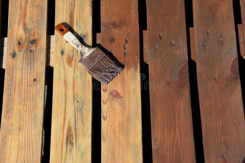 Paintbrush с коричневой краской на планках стоковая фотография rf