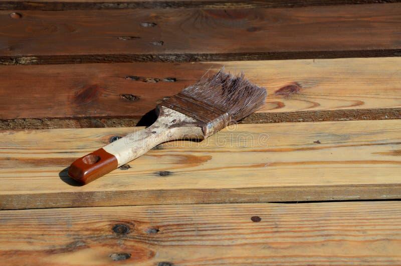 Paintbrush с коричневой краской на планках стоковое изображение
