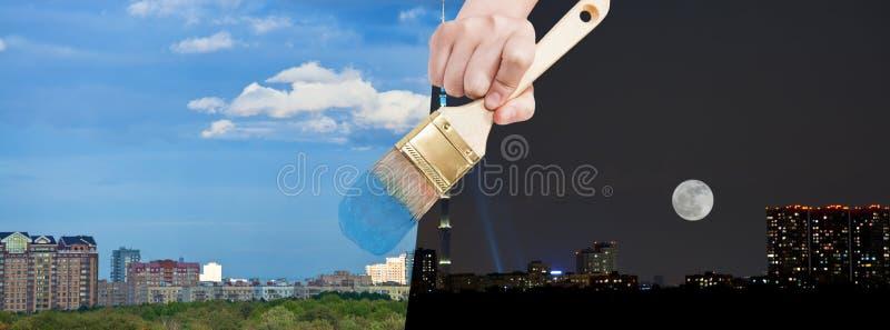 Paintbrush maluje dnia miasto od nighttime zdjęcia stock