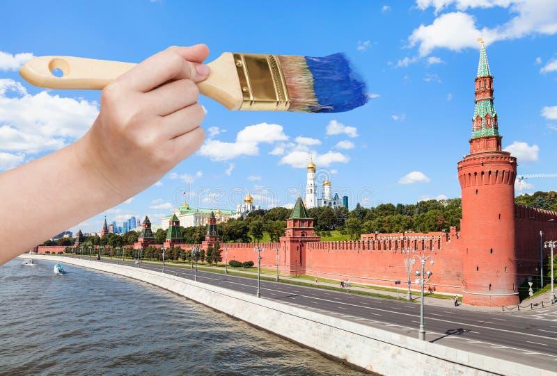 Paintbrush maluje niebieskie niebo nad Moskwa Kremlin obrazy stock