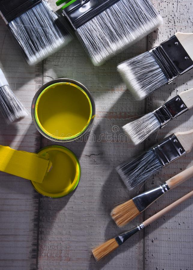 Paintbrushes różny rozmiar i farba mogą obraz royalty free