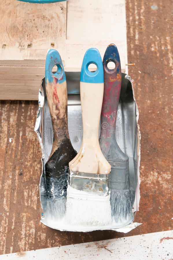 Paintbrushs velhos na caixa imagens de stock royalty free