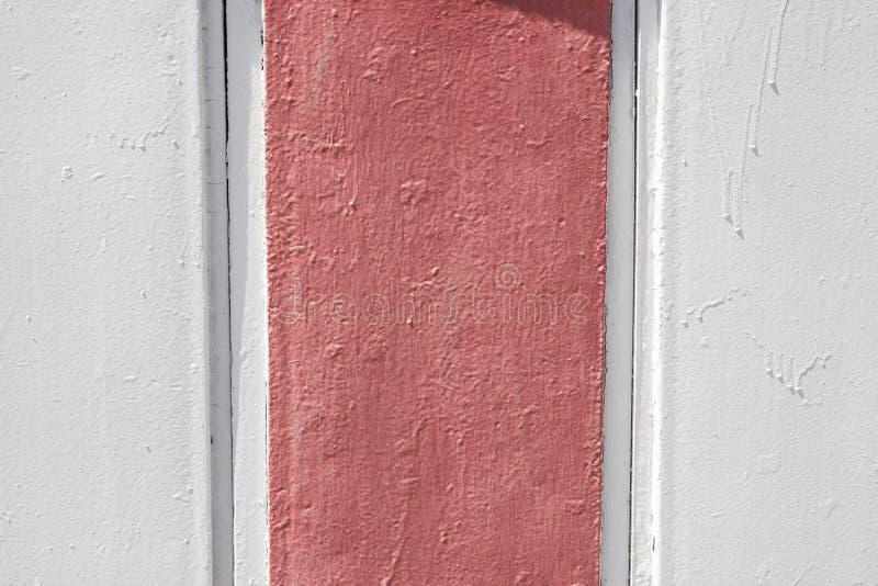 Painted使金属纹理成波状 在灰色和肮脏的粉色绘的抽象背景 免版税库存图片