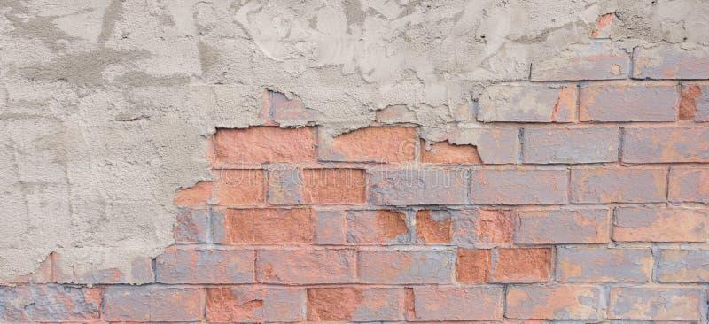 Painted困厄了难看的东西brickwall背景 与膏药的破旧的大厦门面 免版税图库摄影