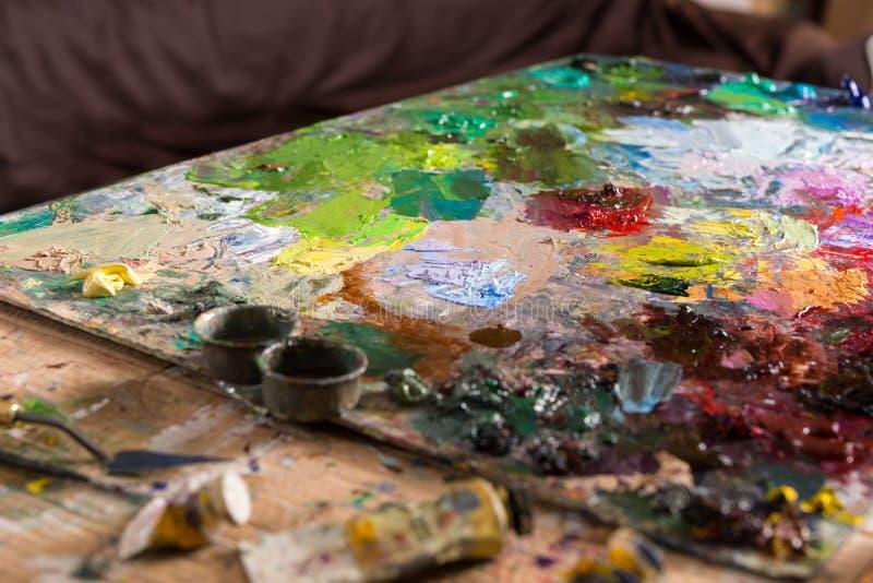 Painter& x27; s paleta z nafcianymi farbami obrazy royalty free