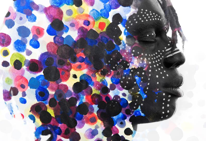 Paintography Afrikaanse mens met gezichtsverf in traditionele stijl diss stock afbeelding