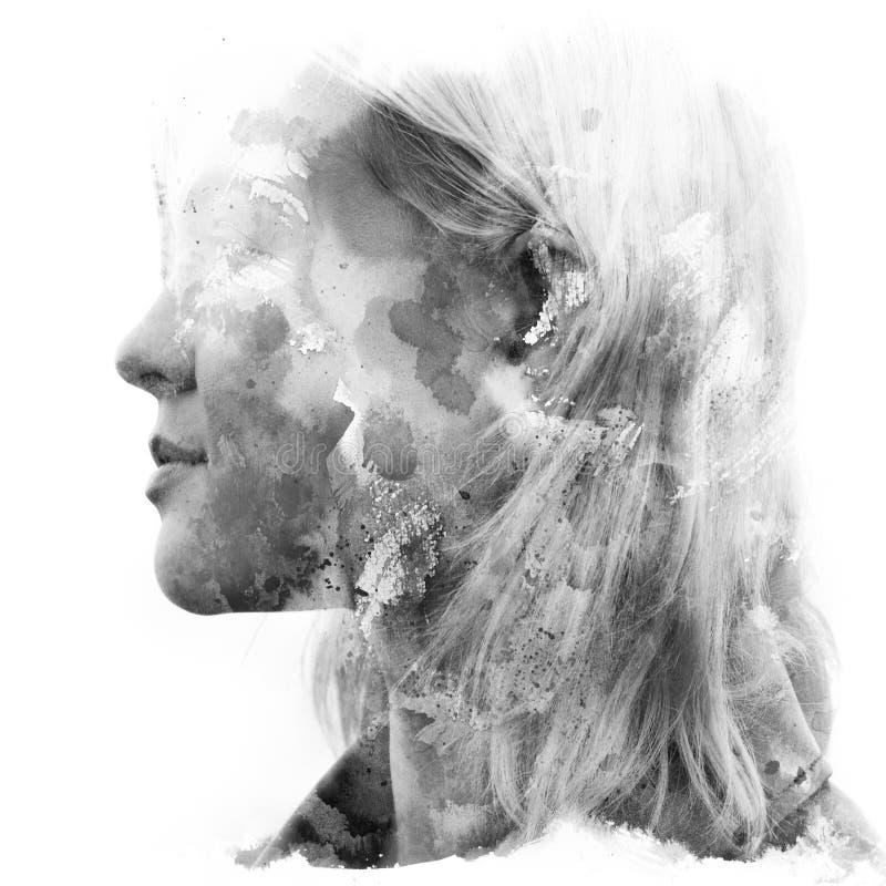 Paintography Dubbele blootstelling Sluit omhoog van een aantrekkelijk die model met hand het getrokken inkt en waterverf schilder royalty-vrije illustratie