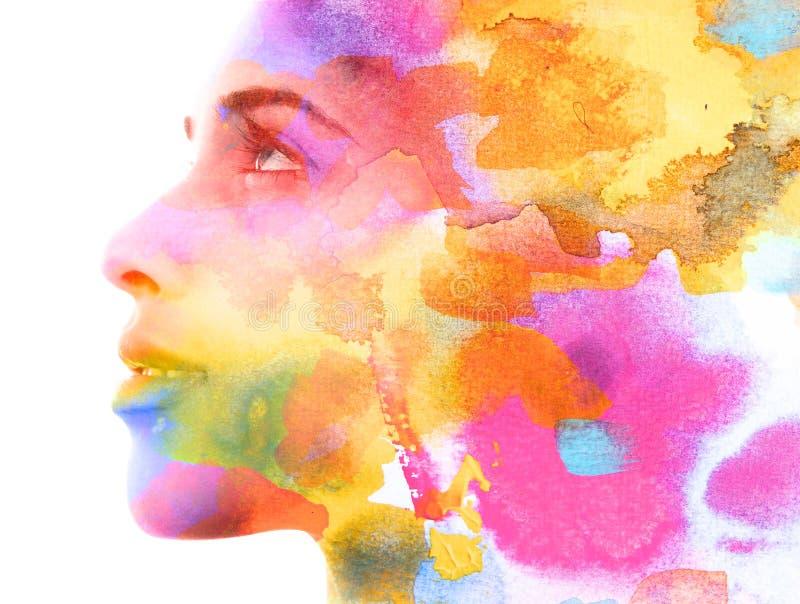 Paintography Dubbele blootstelling Sluit omhoog van een aantrekkelijk die model met het kleurrijke hand getrokken inkt en waterve royalty-vrije illustratie