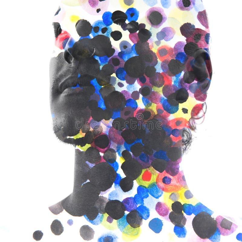 Paintography Fermez-vous de l'homme avec les configurations fortes et impeccable photo stock