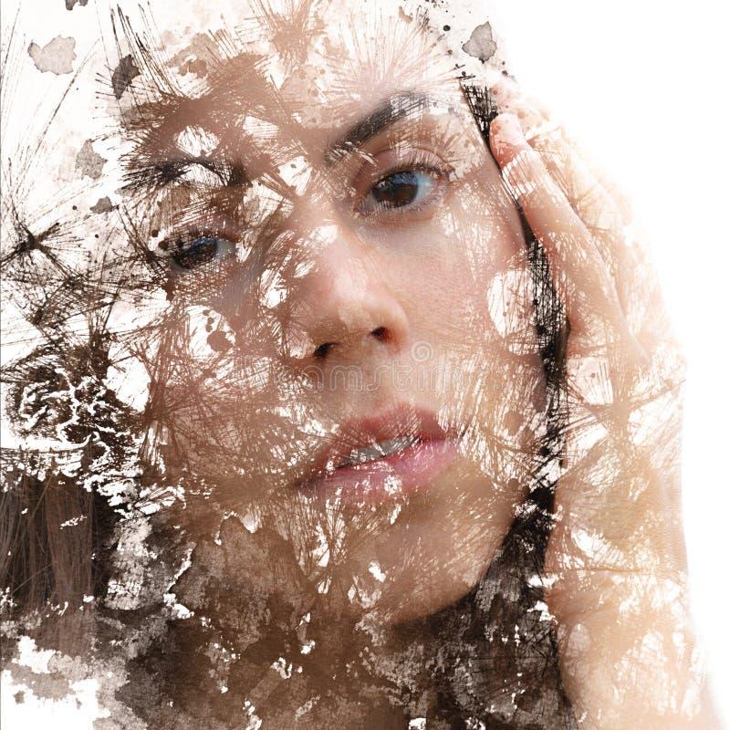 Paintography Het dubbele Blootstellingsportret van een jonge mooie vrouw met hand op gezicht combineerde met hand getrokken inkt  vector illustratie