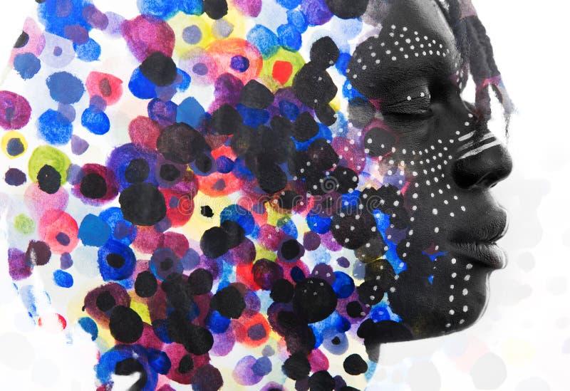 Paintography Homme africain avec des diss de peinture de visage de style traditionnel image stock