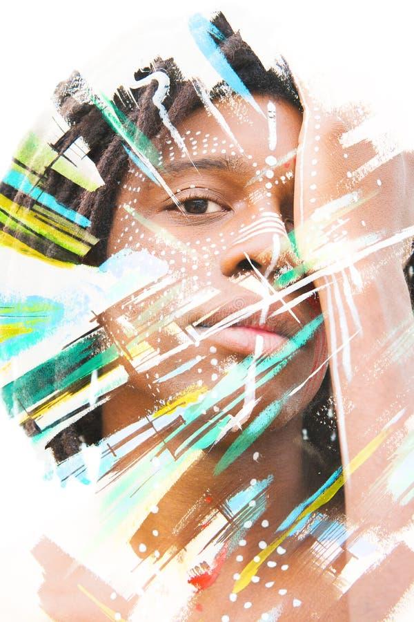 Paintography Homme africain avec des diss de peinture de visage de style traditionnel illustration libre de droits