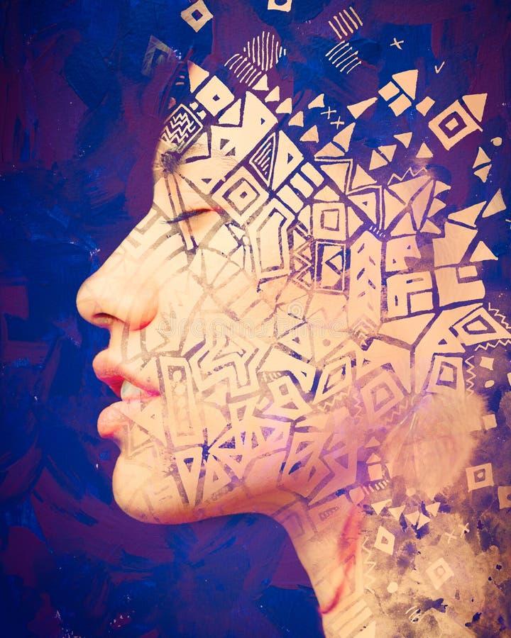 Paintography Retrato da exposição dobro de uma mulher exótica bonita combinada com a pintura tirada mão da tinta dos símbolos e d fotografia de stock