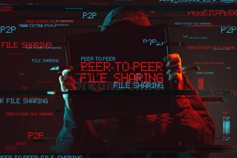 Pair à scruter concept de partage de fichiers avec la personne à capuchon sans visage photos libres de droits